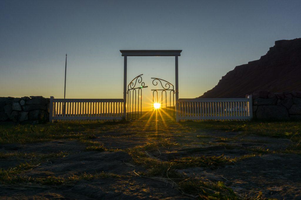 Закат у ворот церквушки