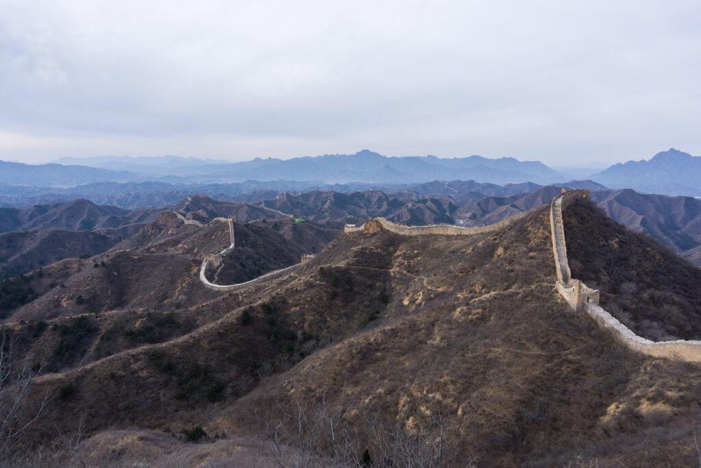 Бесконечная панорама древнего сооружения на холмах