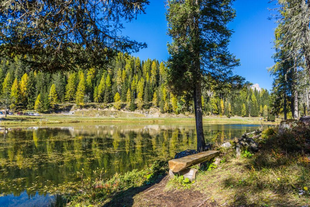 Скамейка у озера Анторно